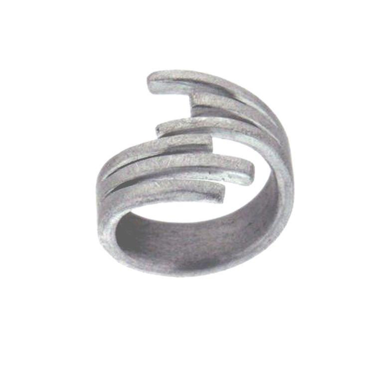 Deze bijzondere ring is gemaakt van geborsteld Aluminium. Aluminium is een grijs metaal. Dat uitstekend geschikt is om sieraden van te maken.
