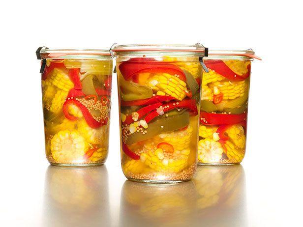Маринованная кукуруза с перцем 2 початка кукурузы 1/2 зеленого болгарского перца, нарезанного полосками по 1 см. 1/2 красного болгарского перца, нарезанного полосками по 1 см. 2 маленьких слабоострых перца чили красного цвета, нарезанных тонкими ломтиками 1 и 1/3 ст. яблочного уксуса 2/3 ст. сахара 2 ст. л. семян желтой горчицы Крупная соль 2 лавровых листа 1 стебель сельдерея, очищенный от верхнего слоя, разрезанный на три части