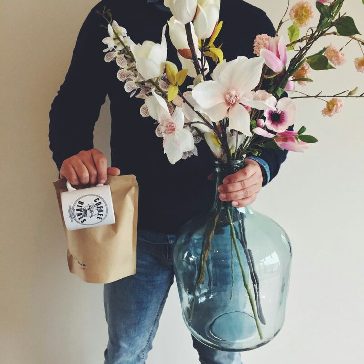 Verras jouw liefde op #valentijnsdag met #bloemen en vers gezette #koffie. Want #liefdeis #coffeerivals. #coffee #bemyvalentine #loveisintheair #valentine