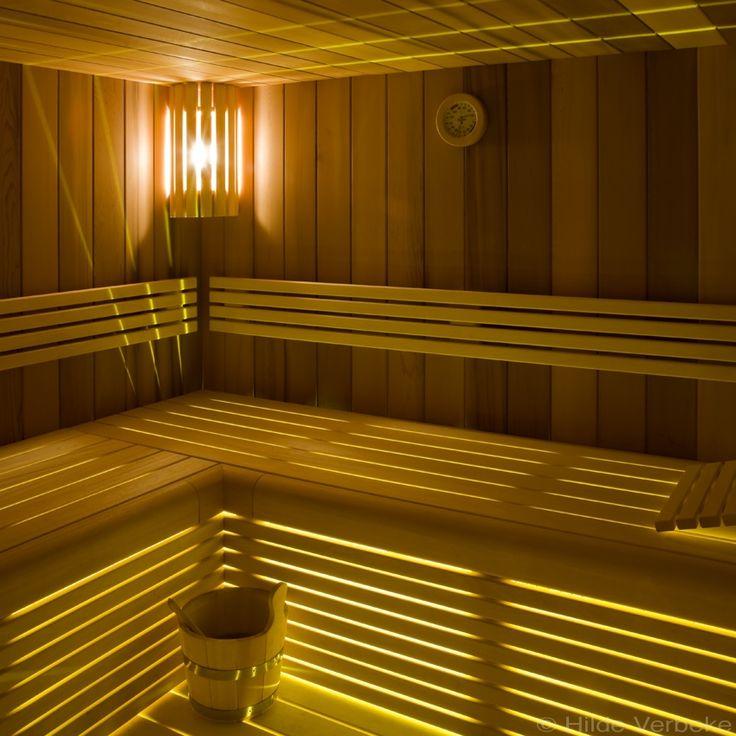 luxueuze sauna afgewerkt met tropisch hardhout | De Mooiste Zwembaden