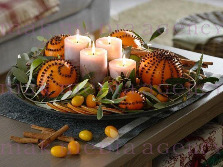 Duftender Adventskranz aus Pomander: 4 Kerzen auf breiter Schale, mit Nelken gespickte Orangen, Orangenscheiben, Limetten und Kumquat ( Citrus ) herumlegen, mit Zimtstangen und Olivenzweigen ( Olea ) dekorieren