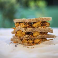 Το πιο ανατρεπτικό club sandwich που έχετε δοκιμάσει ποτέ!! Με απίστευτα πλούσια γεύση και με τα μπαχαρικά να «σκάνε» σαν πυροτέχνημα στον ουρανίσκο