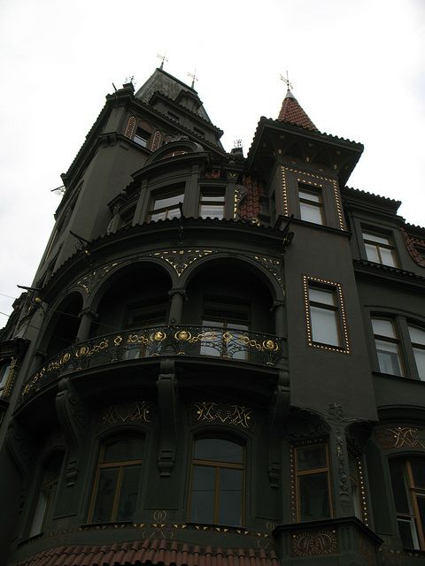 Old Victorian homes are so beautiful. .