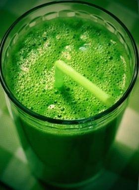 Špenátovo-banánové smoothie Na tento skvelý zelený nápoj potrebuje: 1 ks banán, 2 hrste špenát, 2 hrste slnečnicové semienka, 200 ml voda Slnečnicové semienka si namočíme aspoň na 12 hodín do vody. Špenát opláchneme vodou.Špenát, banán a semienka dáme do mixéra a pridáme 1dl vody. Spolu všetko rozmixujeme. Ak máte radšej riedšie drinky, kľudne prilejte aj…
