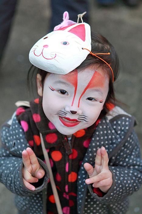 Festival des Kitsune, Tokyo Les kitsune ce sont les renards. Les noms qu'on leur donne sont souvent féminins, ce qui signifie que les kitsune sont perçus comme une notion féminine, on parle alors de femme-renarde. Elles sont rusées, jouent des tours et sont douées de pouvoirs magiques. Le renard est capable de changer de forme quand il atteint un âge avancé (souvent une centaine d'années), et ses pouvoirs ne cessent de croître !