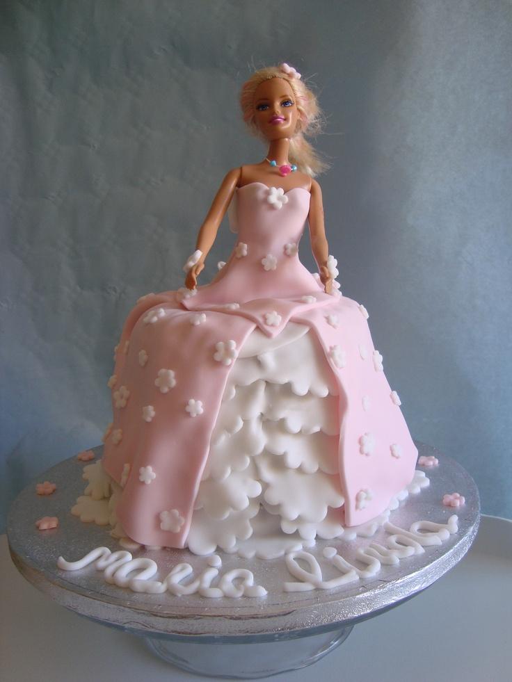 Torta barbie, zuccotto con crema ferrero rocher, ricoperta con crema al burro e decorata in pasta di zucchero