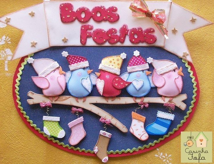 Vamos receber o Natal com uma festa e tanto!!! Alegria e cantoria.... <br> <br>A Casinha Fofa já convidou esta família de pássaros cantores para alegrar sua casa! <br> <br>Esta linda Guirlanda pode ser colocada na sua porta de entrada, no hall, pertinho da árvore de Natal ou num lugar que você queira deixar cheio de encanto! <br> <br>Toda confeccionada em EVA, a Guirlanda de Pássaros Cantores tem 5 passarinhos fofinhos empoleirados sobre o tronco de árvore, onde foram colocadas as meias da…
