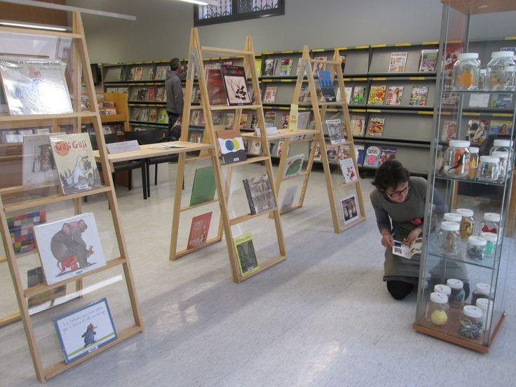 25 IMPERDIBLES és una exposició-joc de llibres il·lustrats i àlbums per a infants ubicada a la planta baixa de la biblioteca. En una vitrina hi trobaràs 25 pots, a dins de cada pot hi ha un objecte relacionat amb un dels 25 llibres de l'exposició. Ets capaç d'emparellar cada llibre amb el seu corresponent objecte? Un joc, per a petits i grans lectors, sense límit d'edat, de 3 a 103 anys! #bbcnBarceloneta #PrimaveraBarceloneta