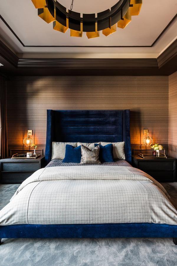 Das Hauptschlafzimmer ist launisch und einladend, mit einem blauen Samtbett und Art Deco Lampen