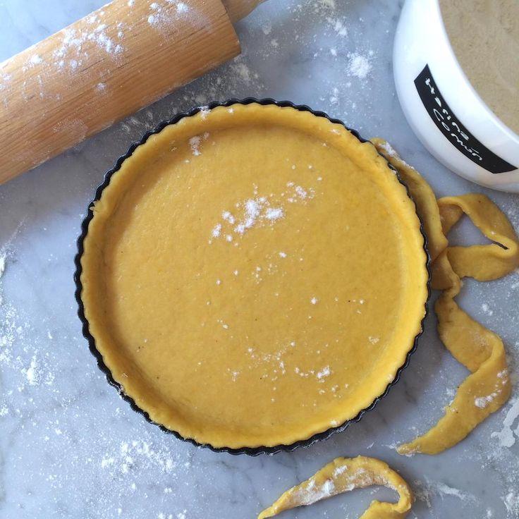 Esta masa de tarta con apariencia a una masabrisée, está hecha con un método totalmente diferente al tradicional, lleva aceite en baja cantidad en lugar
