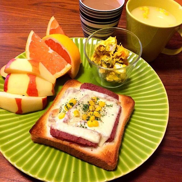 今日の遅ブランチ(^-^)/    二度寝したらもうおやつの時間だった… お腹減ったので、簡単に〜(毎日、毎食簡単だけどww) - 59件のもぐもぐ - コンビーフチーズトースト、作り置き かぼちゃとクリームチーズのサラダ、りんご&ピンクグレープフルーツ、コーンスープ 2015.4.19 by kirahime