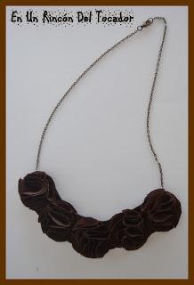 Collar Flores de tela marrón