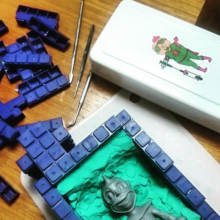 """120 Likes, 5 Comments - 371RO (@371ro) on Instagram: """"ようやくリスタート☺ 油粘土ケースは@ki_ho_ さんの ヤバめなステッカーチューン🙆 #toys #レジントイ #インテリアトイ #粘土 #arttoy #resintoy #模型 #造形…"""""""