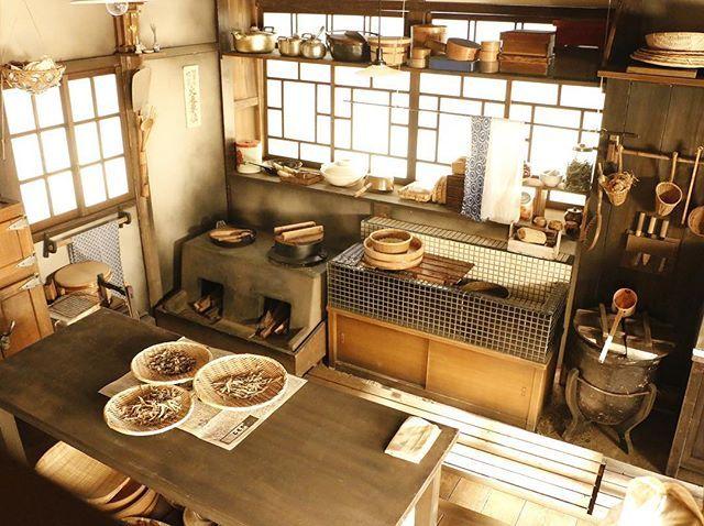 小橋家の 日常をクローズアップ! 昭和のレトロ感ただよう 小橋家の台所。 タイル貼りの流し台や かまどがとってもかわいい! #NHK #連続テレビ小説 #朝ドラ…
