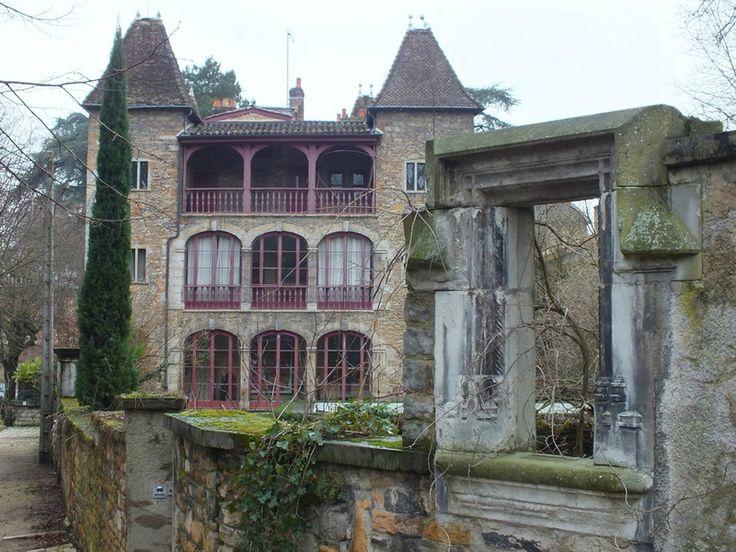 Île Barbe Île à Lyon, France L'Île Barbe est une île située au milieu de la Saône, dans le 9ᵉ arrondissement de Lyon, dans le quartier de Saint-Rambert-l'Île-Barbe