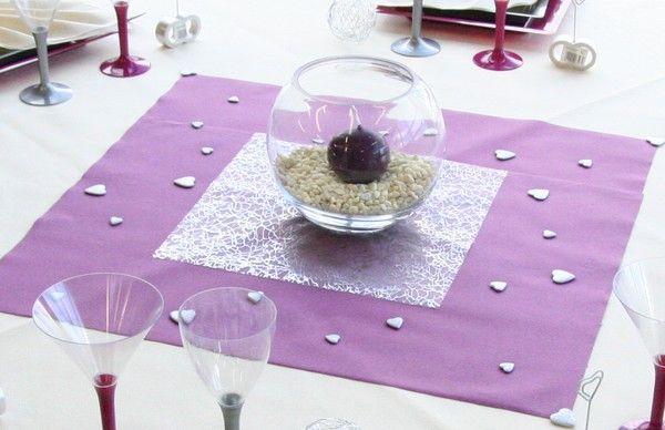 Voici un centre de table qui mélangent les formes : des ronds, des carrés et même des cœurs.