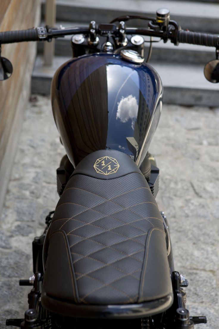 Triumph Bonneville SE custom motorcycle built by Unikat Motorworks. Handmade leather seat with Unikat Motorworks logo.
