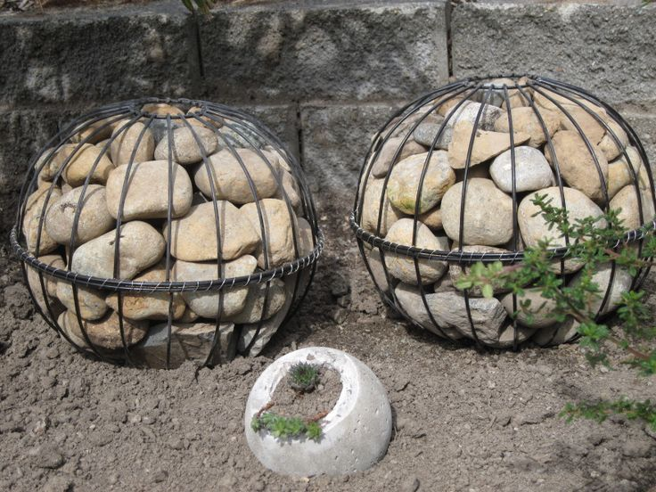 I wanted some rounded shapes out in the gravel garden, for contrast against the gabion towers. I'm planning to put some of the cement globes...