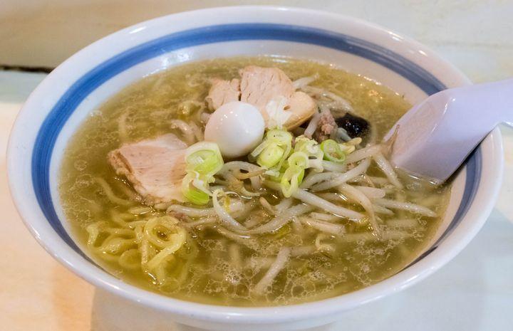塩は塩でも、割としっかりした塩味を求める方は是非こちらへ。市内の他店と比べると脂多めでパンチがあり、それに覆われたスープは激熱なので、うっかり火傷しないように気をつけてください。塩気もやや強めで角が立っており、単なるあっさり塩ラーメンとは一味も二味も違います。更にもやしなどの野菜もたくさん入っていて、食べ応え十分。他にも数えきれない程のメニューがあります。