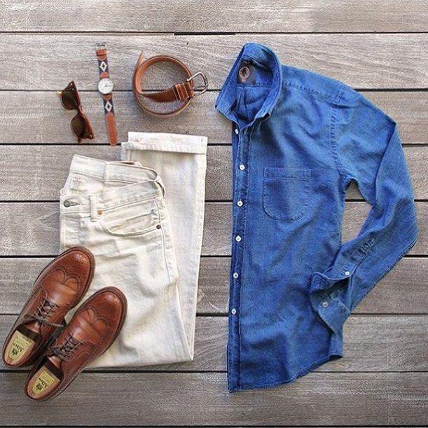 sapatos brogue marrom claro, calça jeans branco, relógio com pulseira de couro marrom claro, cinto marrom claro e camisa em jeans escuro.