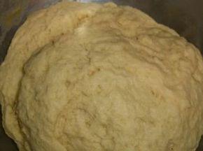 Low Carb- Hefeteig. Man kann diesen als Grundlage für Obst-Kuchen, Brötchen, Hefezöpfe, Brioche, Pizza o.ä. verwenden.