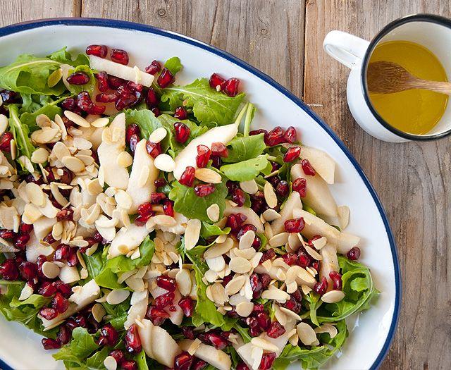 Ingredientes: rúcula 2 peras dulces pequeñas ½ granada germinados (muy recomendado) almendras crudas fileteadas Salsa: ½ limón chiquito 1 c miel/agave/melaza 3 C aceite de oliva