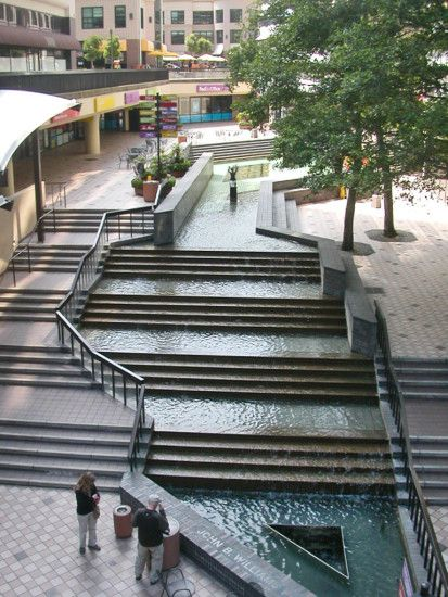 Oakland shopping center - Fountain - Architectural walkway