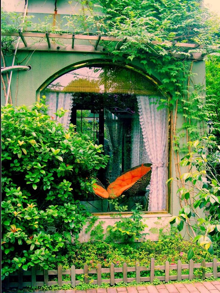 Através da janela. Este cenário pode ser criado na varanda. Integre o ambiente interno com o jardim. #dica: coloque um condutor para a trepadeira fazer uma bela moldura verde