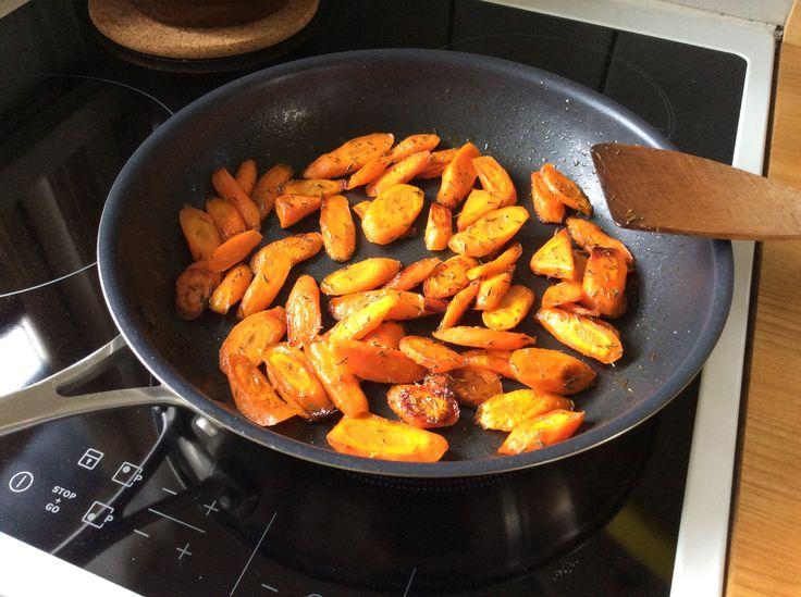 Honning ristet gulerødder smager fantastisk til et godt stykke kød. De er lette at lave da de bare skal passe sig selv på stegepanden, du skal bare lige vende dem nogle gang, så kan du bruge tiden på noget andet imens. Gulerod er pæleroden af den forædlede plante Have-Gulerod, som er en meget udbredt afgrøde i store dele af verden. Gulerodens farve skyldes det store indhold af stoffet betacaroten, der i kroppen omdannes til A-vitamin. Gulerødder indeholder 2,8 g kostfibre pr. 100 g og hører…