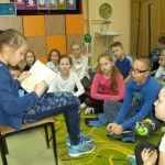 """W klasie odbyła się zgodnie z tradycją, klasowa wigilia. Zaprosiliśmy na nią  rodziców, przedstawiliśmy  jasełka, czytaliśmy własnoręcznie napisane listy do Mikołaja, składaliśmy  życzenia i dzieliliśmy się opłatkiem. W miłej, rodzinnej atmosferze spędziliśmy czas a dzieci otrzymały piękny prezent – książkę  """"pod choinkę"""".  Polubiliśmy czytanie. Każdy czytał kolegom fragment swojej książki.  Postanowiliśmy, że dzieci, które dostaną pod choinkę książkę  przeczytają ją  w czasie zajęć…"""