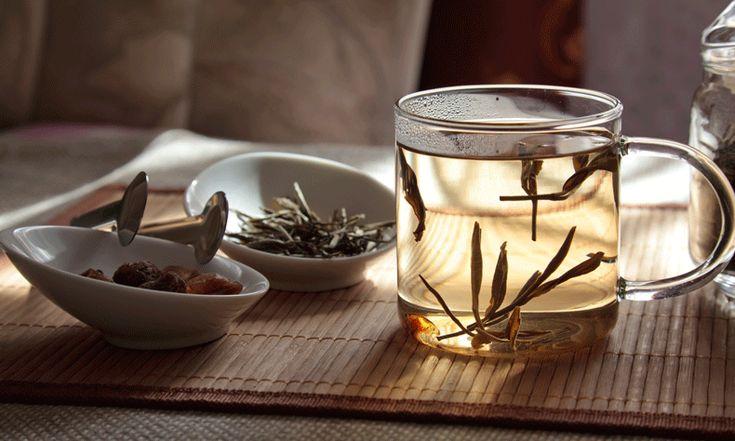 Afvallen door iedere dag een kop thee te drinken: zou het echt zo simpel zijn? Hele volksstammen zweren erbij, maar er zijn ook critici.