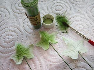 MiRa Cakes: Frunza de iedera O vopsim cu o culoare pudra Moss Green, incepind din interior spre exterior, lasand marginile neatinse.