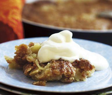 Denna äppelpaj är knäckig, seg och vansinnigt god! Dessutom är pajen väldigt lättbakad. Servera äppelpajen med glass eller vaniljvisp.