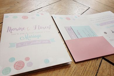 Faire part de mariage format pocketfold thème rétro vintage et couleurs douces, rose violet mint avec jolie guirlande de boules chinoises.