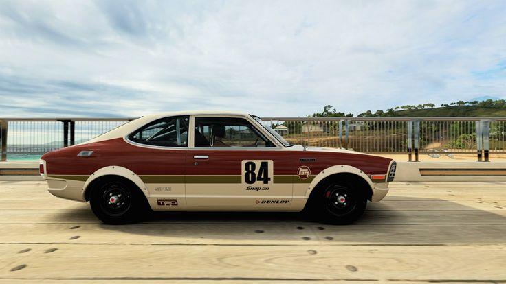 Après le petit Toyota FJ40 Red Bull que je vous ai proposé hier, voici une autre voiture de la marque japonaise qui est disponible dans notre showroom Forza Horizon 3 et bien-sûr dans le jeu. Il s'agit d'une Corolla SR5 que j'ai voulu assez simple avec un paintjob tout droit sorti des années 70 avec le jeu logo de Toyota dessus. Sur ce modèle j'ai préféré laisser les jantes d'origine avec une taille supplémentaire mais vous pourrez choisir ce que bon