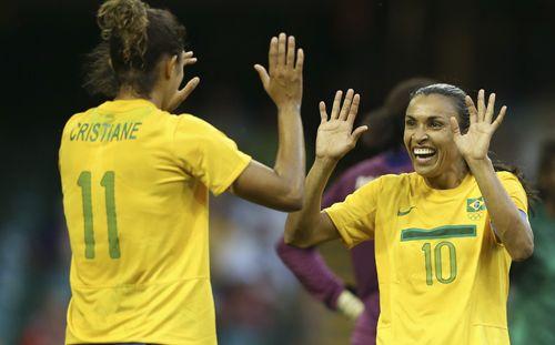 Cristiane e Marta comemora o gol do Brasil contra Camarões nos Jogos Olímpicos de Londres de 2012. Foto: Mowa Press.