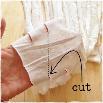 図のように、②で切れ目を入れなかった胴体部分を手に取り、切れ目の端から一つとなりの切れ目の端までハサミを入れます。  こうすることで一本の長い糸状になります。