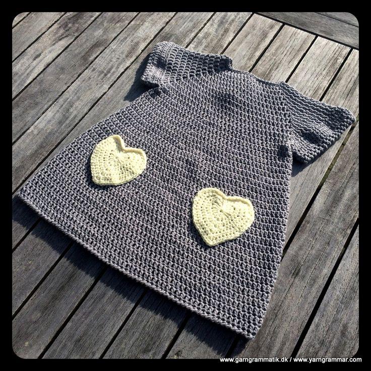 Opskrift: Lillepigekjole med hjertelommer (garngrammatik) i Drops Paris