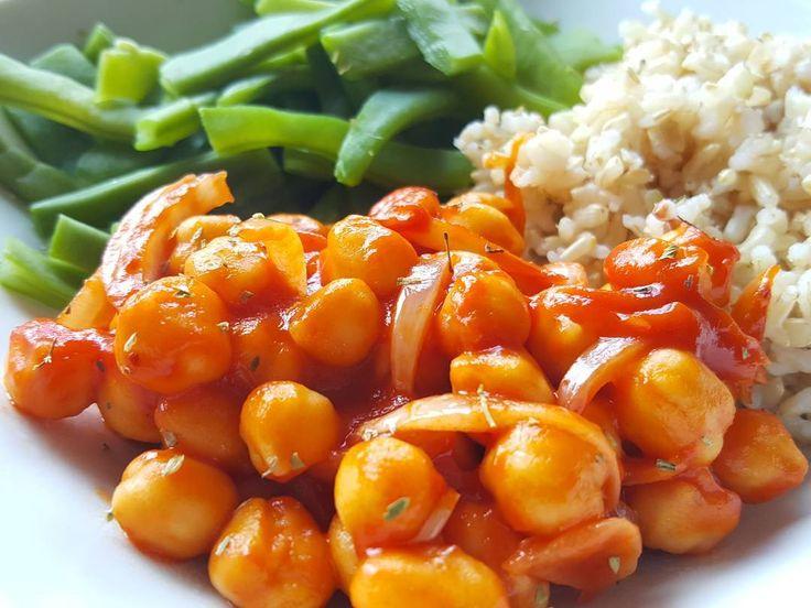 Arroz integral bem soltinho com grão de bico em molho de tomate e feijão verde cozido  - A fluffly brown rice with chickpeas in creamy tomato sauce  string beans
