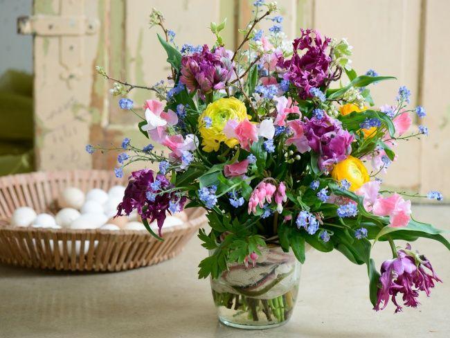 Verrassende DIY tips voor Pasen: Weelderig boeket www.mooiwatbloeme... #Pasen #Easter #Flowers #Bloemen