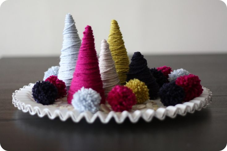 yarn wrapped trees: Yarns Wraps, Christmas Centerpieces, Wraps Trees, Holidays Centerpieces, Trees Tutorials, Pearls Buttons, Pom Pom, Christmas Trees, Trees Centerpieces