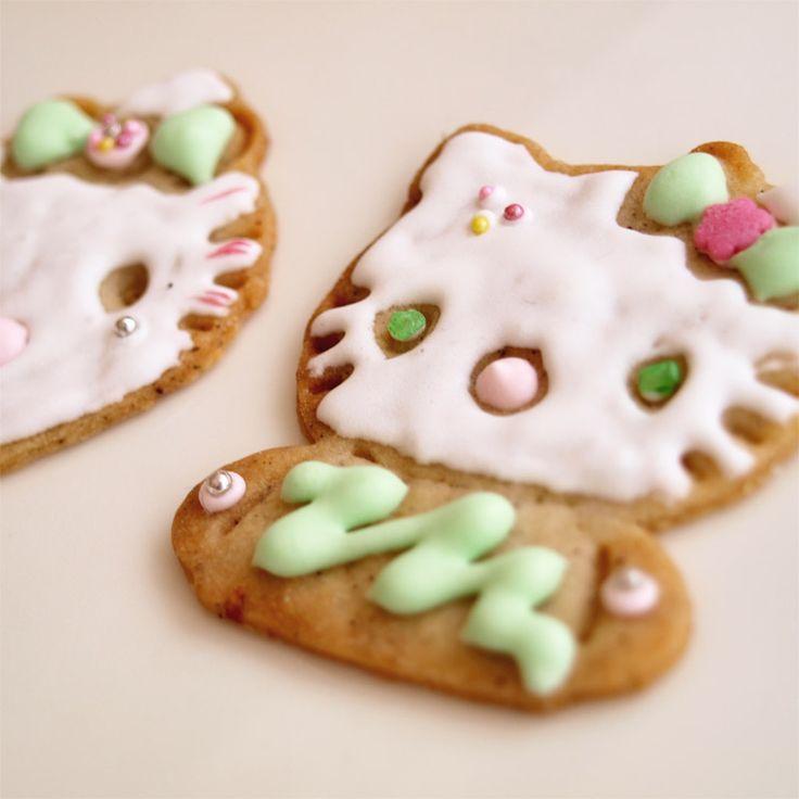 Hello Kitty -keksejä koristelevat mielellään myös perheen pienimmät leipurit
