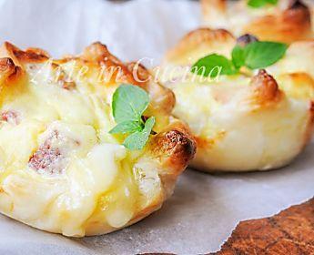 Sgonfiotti di sfoglia ai formaggi e salumi ricetta veloce