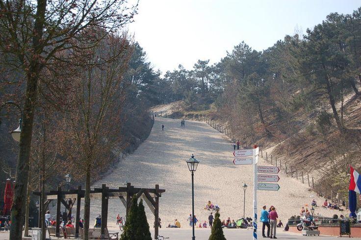 Midden in het centrum van Schoorl ligt hetbekende Klimduin.Met 51 meter hoogte mag het zich het hoogste duin van Nederland noemen en eenmaal boven gekomen loop je rechtstreeks het bos- en duingebied van Schoorl in. Menig kind trotseert dit duin om zich vervolgens in recordtempo weer naarbeneden te laten rollen,