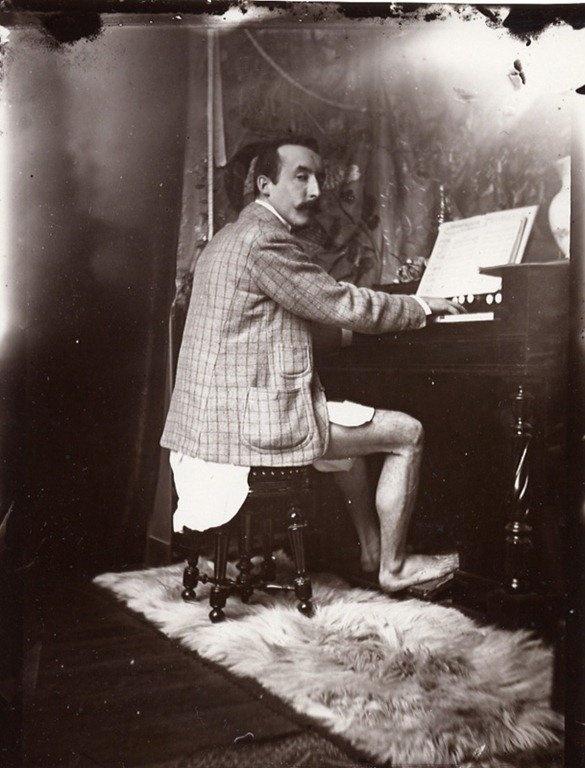 Gauguin avait l'habitude de s'entourer de vahinées, nues et fleuries, sans pantalon, c'est moins exotique!