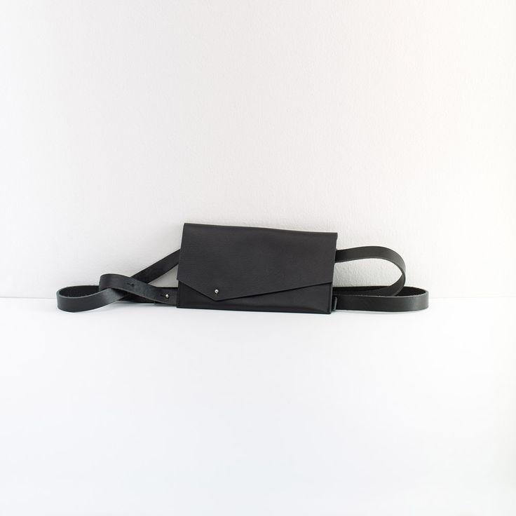 Torebka-pasek FOX black  Skórzana koperto-torebka na długim pasku. Torebka do samodzielnego i swobodnego montażu. Pasek zapinany na bolec, do podwójnego przewiązania. Torebkę można usunąć z paska. W torebce zmieści się telefon komórkowy i mały portfel.  Skład: 100% skóra bydlęca  szerokość torebki: 21 cm  wysokość torebki: 11 cm  długość paska: 225 cm