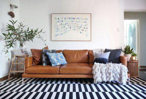 sala-com-sofá-de-couro-e-tapete-listrado                                                                                                                                                                                 Mais