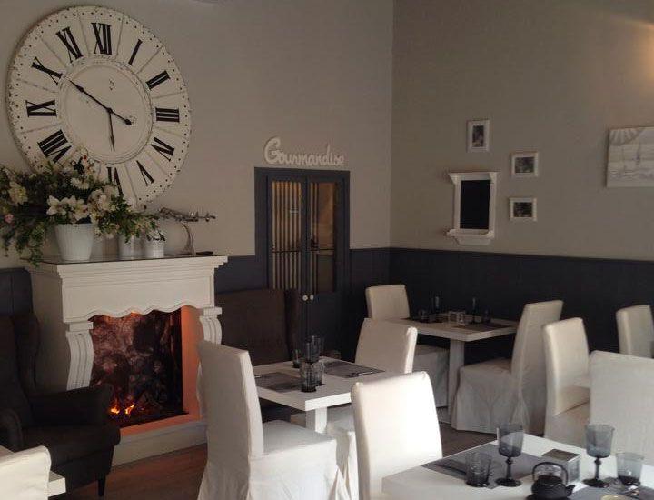 Faux fireplace Finto camino decorativo per ristorante. Tutti i modelli disponibili su www.materik.it #caminofinto #caminifinti #caminoclassico