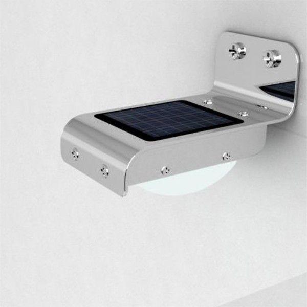 L' applique solare SMART, è di piccole dimensioni ma molto efficace infatti con i 16 led a luce fredda posti all' interno, riesce ad erogare un flusso luminoso massimo di 100 lumen.Il pannello solare incorporato, carica le batterie interne durante il giorno e quando cala il sole, grazie alla funzione di crepuscolare, fa si che la lampada da parete solare si accende in modo automatico con il seguente funzionamento:- In stand-by,  rimane acceso in maniera costante con un' intensità luminasa di…