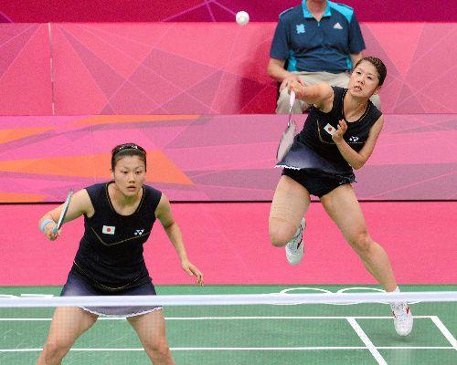 「フジカキ」、銀メダル獲得 五輪バドミントン史上初 写真:女子ダブルス決勝の第2ゲームで、シャトルを打つ藤井瑞希(右)。左は垣岩令佳=森井英二郎撮影
